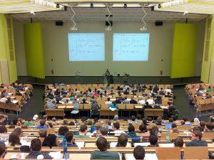 Abb. 3: Wie können Vorlesungen barrierefrei gestaltet werden?(Quelle: https://pixabay.com/de/universit%C3%A4t-vortrag-campus-bildung-105709/)