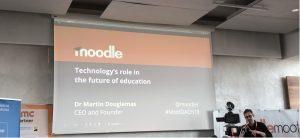 Auf diesem Bild ist Martin Dougiamas bei der Eröffnung der Keynote auf der MoodleMoot Dach 2019 in Wien zu sehen.