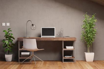 Laptop Computer mit leerem schwarzen Monitor auf Schreibtisch im Arbeitszimmer